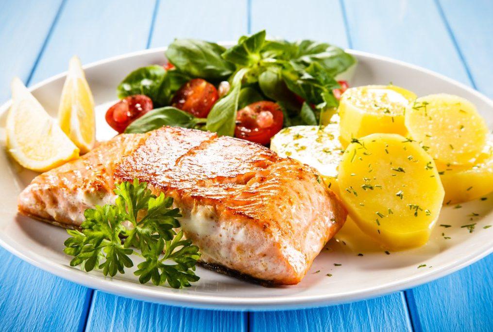 Salmone con patate e pomodorini
