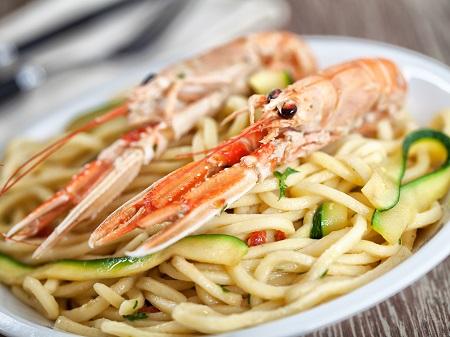 Spaghetti alla chitarra con scampi e zucchine